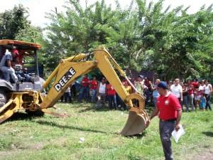 Yenifer Martínez, vicepresidenta de la OCV del sector Aliche dió el inicio a la obra, junto al alcalde Carlos Puerta.