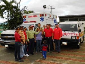Voceros del Consejo Comunal Barrio Nuevo recibieron de manera simbólica las lleves de la ambulancia.