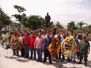 La ofrenda floral se llevó a cabo en la Plaza Bolívar de Sabana de Parra.