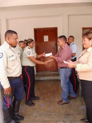 El alcalde Carlos Puerta otorgo incentivos económicos a todos los funcionarios policiales en su día.