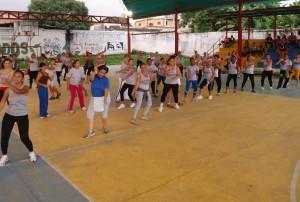 El Club 'Un paso por la Vida' celebró su séptimo aniversario con una bailoterapia en la cancha techada El Silencio.