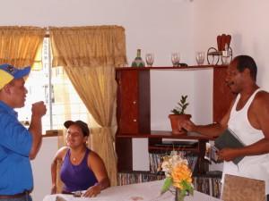 El alcalde Carlos Puerta fue recibido con alegría por los beneficiarios durante la inspección.