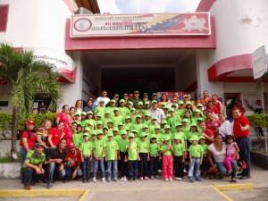 El alcalde Carlos Puerta acudió al edificio municipal desde tempranas horas de la mañana para despedir a los a los niños y niñas de este plana vacacional.