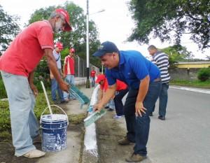 El alcalde Carlos Puerta realizó el caleado de brocales.