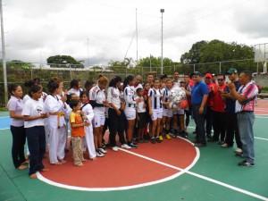 El alcalde Carlos Puerta donó un kits deportivo a los atletas de la zona.