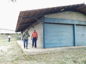 Jesús Medina, director de desarrollo urbano del ayuntamiento junto a Cecilio Arteaga, representante del área de infraestructura de PDVAL Yaracuy inspeccionaron los galpones ubicados en la Zona industrial de Sabana de Parra.