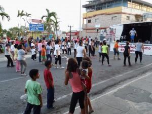 Los presentes participaron en bailoterapia.