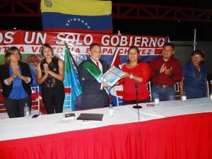 El Alcalde Carlos Puerta entregó el libro de la Memoria y Cuenta a Daymar Rodríguez, pdta. del Concejo Municipal de Páez.