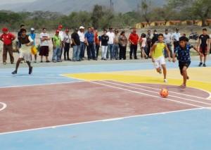 Niños de los sectores 24 de Junio y Victorias del Silencio se enfrentaron en el juego inaugural.
