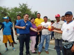 El alcalde Carlos Puerta realizó la donación de un kit deportivo