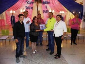 ) La oradora de orden recibió una placa de reconocimiento de parte del Concejo Municipal.