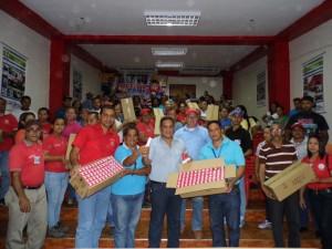 El alcalde Carlos Puerta y representantes de Corpoelec hicieron entrega de los bombillos ahorradores a 25 consejos comunales del Municipio Páez.