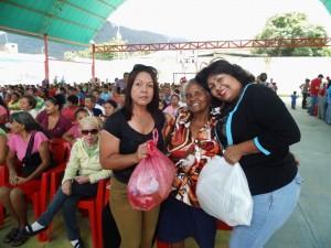 Lismary Torres, directora de desarrollo social de la Alcaldía, junto a Haydee Huérfano presidenta del IAPESEY, realizaron la entrega de las ayudas.