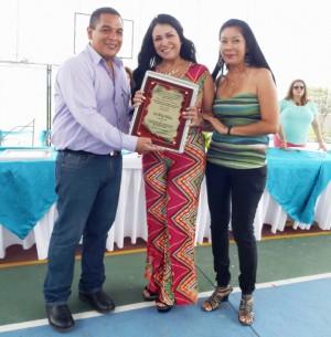 Wendy Villalobos, oradora de orden, recibió una placa de reconocimiento.