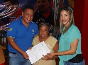 El alcalde del municipio Páez Carlos Puerta junto a Luisángela Álvarez coordinadora (e) de la oficina de registro subalterno, realizan la entrega de títulos de propiedad a familias de la urbanización Alexis Olmos de Sabana de Parra.