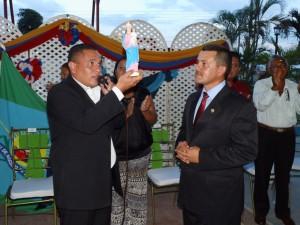 El alcalde Carlos Puerta obsequió una réplica de la imagen de la virgen Nuestra Señora del Rosario al orador de Orden.