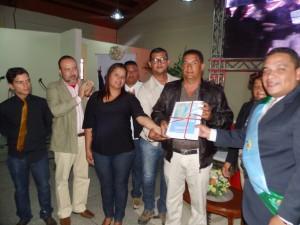 Ediles reciben el informe de gestión de manos del Alcalde Carlos Puerta.