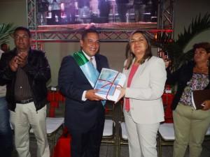 El Alcalde Carlos Puerta entregó el informe de gestión a la contralora municipal Dra. Carmen Alicia Moreno.
